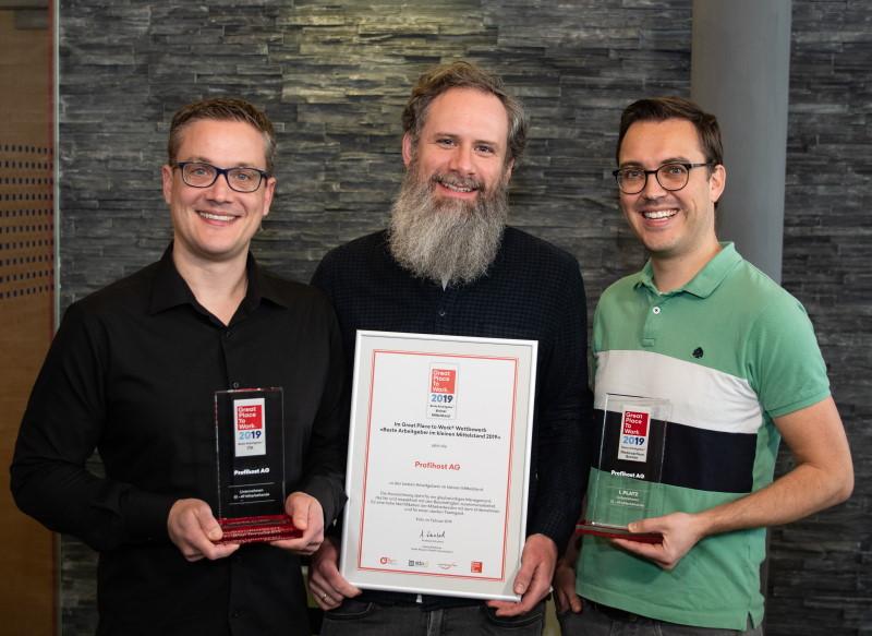 Gruppenbild Vorstand Profihost mit GPTW Preisen von 2019